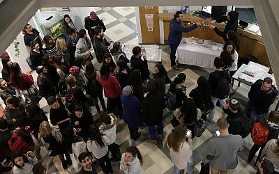 Students pictured at Jerusalem's Hadassah Academic College, on December 16, 2014.(Maxim Dinshtein /Flash90