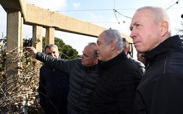 Prime Minister Benjamin Netanyahu (2nd-R) tours the northern border on December 25, 2018 (Haim Tzach/GPO)