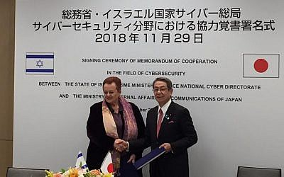 Israeli Ambassador to Japan Yaffa Ben-Ari, left, and Minister of Internal Affairs and Communications of Japan (MIC), Masatoshi Ishida, at the signing of a memorandum of understanding for cybersecurity cooperation Nov. 2018 (Cybertech)