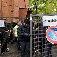Police secure the area outside the New Twelve Apostle Churchyard where the funeral multiple offender Nidal Rabih takes place in Berlin, on September 13, 2018. (Paul Zinken / dpa / AFP)