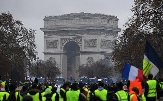 Yellow vests (Gilets jaunes) gather in front of the Arc de Triomphe as they protest against rising oil prices and living costs in the French capital Paris on December 1, 2018 (Photo by Alain JOCARD / AFP)