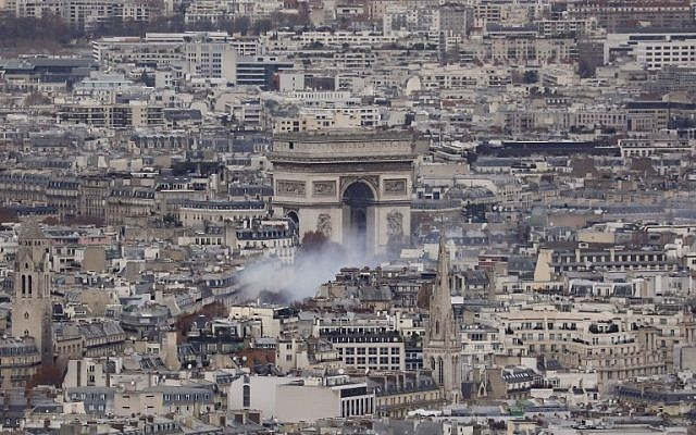 """A general view shows smoke billowing near the Arc de Triomphe in Paris during """"yellow vest"""" protests on December 8, 2018. (Ludovic Marin/AFP)"""