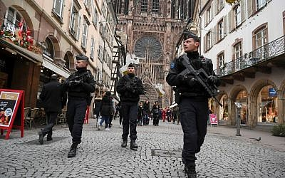 French policemen patrol during the reopening of the Christmas Market of Strasbourg, in eastern France, on December 14, 2018. (SEBASTIEN BOZON / AFP)
