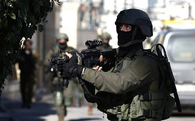 Israeli troops operate in Ramallah on December 15, 2018 (ABBAS MOMANI / AFP)