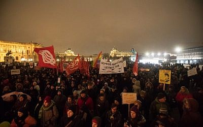 People take part in a rally at Heldenplatz a year after the formation of a government by the Conservative Oevp - FPOe on December 15, 2018 in Vienna. (ALEX HALADA / AFP)