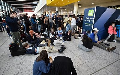 Passengers wait at the North Terminal at London Gatwick Airport, south of London, on December 20, 2018 after all flights were grounded due to drones flying over the airfield. (Glyn KIRK / AFP)