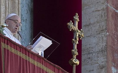 "Pope Francis delivers a speech from the balcony of St. Peter's basilica during the traditional ""Urbi et Orbi"" Christmas message to the city and the world, on December 25, 2018 at St. Peter's square in Vatican. (Photo by Tiziana FABI / AFP)"