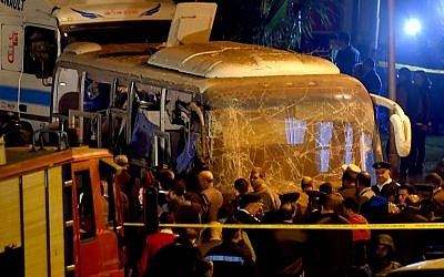 This picture taken on December 28, 2018 shows officials visiting the scene of an attack on a tourist bus in Giza province south of the Egyptian capital Cairo. - Two Vietnamese tourists were killed and 10 others wounded on December 28 when a roadside bomb exploded near their bus as it travelled close to the Giza pyramids in Cairo, Egypt's interior ministry said in a statement. (Photo by MOHAMED EL-SHAHED / AFP)