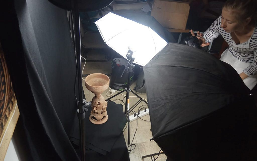 An ancient vessel undergoes 3-D photography for Bar-Ilan University's new MOOC, 'Biblical Archaeology: The Archaeology of Ancient Israel and Judah.' (Yael Paz/Online Academe)