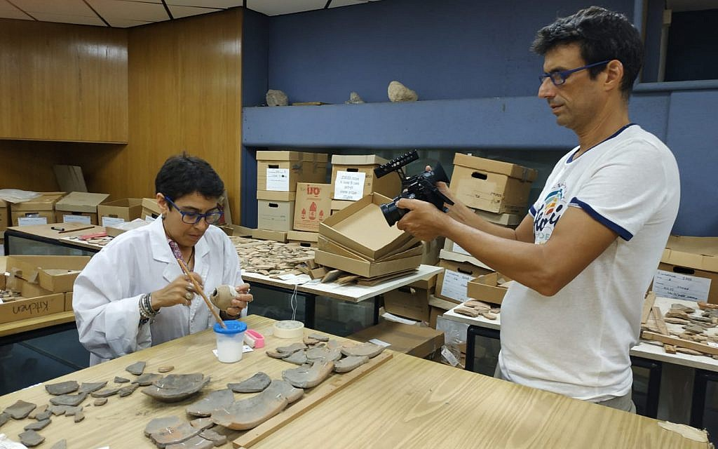 Online students 'visit' a laboratory in the new Bar-Ilan University MOOC, 'Biblical Archaeology: The Archaeology of Ancient Israel and Judah.' (Yael Paz/Online Academe)(Yael Paz/Online Academe)