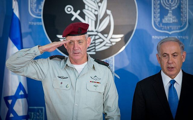 Then-IDF chief of staff Benny Gantz (L) and Prime Minister Benjamin Netanyahu at a ceremony held in honor of Gantz's replacement, at the Prime Minister's Office in Jerusalem on February 16, 2015. (Miriam Alster/Flash90)