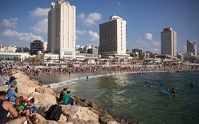 Israelis enjoy the hot weather on the beach in Tel Aviv, August 27, 2018. (Miriam Alster/FLASH90)