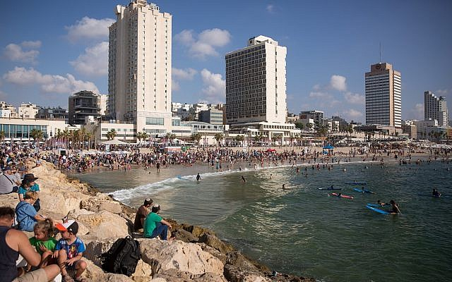 Israelis enjoy the hot weather on the beach in Tel Aviv, August 27, 2018. (Miriam Alster/FLASH90)