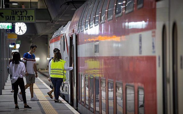 Commuters at the newly built Yitzhak Navon train station in Jerusalem, September 25, 2018. (Aharon Krohn/FLASH90)