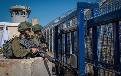 Israeli soldiers guard at the Quneitra border crossing with Syria in the Golan Heights on September 27, 2018. (Basel Awidat/Flash90)