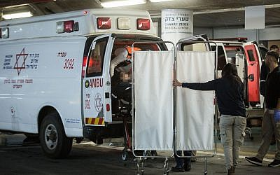 Israeli security and medical personnel evacuate an Israeli woman from an ambulance at the Shaarei Tzedek Medical Center in Jerusalem, after she was was seriously injured in a terror attack in Ofra, December 9, 2018. (Hadas Parush/Flash90)