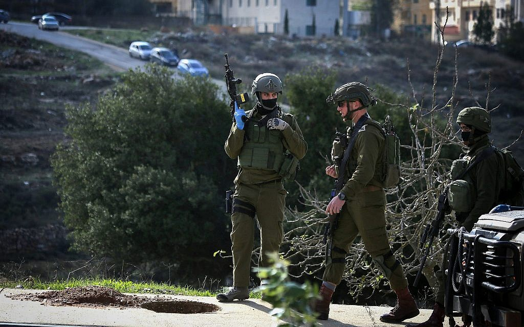 Israeli soldiers conduct a search for suspects of a terror attack yesterday in the West Bank city of Ramallah, December 10, 2018. (Flash90)