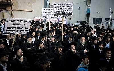 Ultra-Orthodox Jews protest outside the army draft office in Jerusalem on December 13, 2018. (Yonatan Sindel/Flash90)