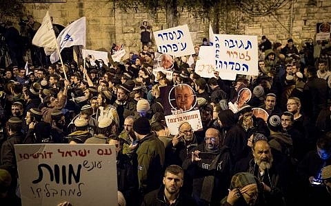 Right-wing Israelis attend a demonstration outside the prime minister's residence in Jerusalem, December 13, 2018 (Yonatan Sindel/Flash90)