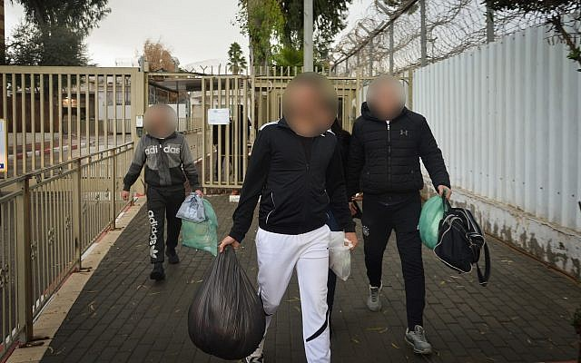 Prisoners leave Maasiyahu Prison in Ramle on December 20, 2018, after the state released 970 prisoners from prisons as part of a High Court of Justice decision. (Avi Dishi/Flash90)