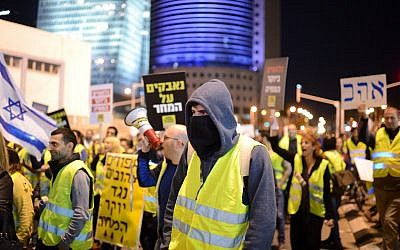 Israelis take part in a 'yellow vest' protest in Tel Aviv on December 22, 2018. (Gili Yaari/Flash90)