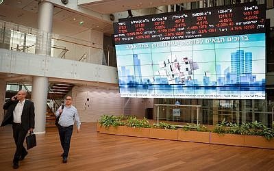 Screens showing falling stocks at the Tel Aviv Stock Exchange, December 23, 2018 (Miriam Alster/Flash90)
