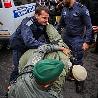 Right wing activists clash with police outside a court hearing in Rishon Lezion, on the matter of the Jewish youth suspects in a major security probe whose details are under gag order on December 31, 2018. (Flash90)