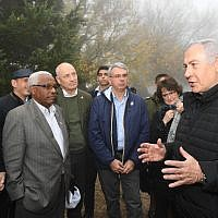 PM Netanyahu (right) briefs foreign diplomats on Israel's border with Lebanon, December 6, 2018 (Haim Tzach/GPO)