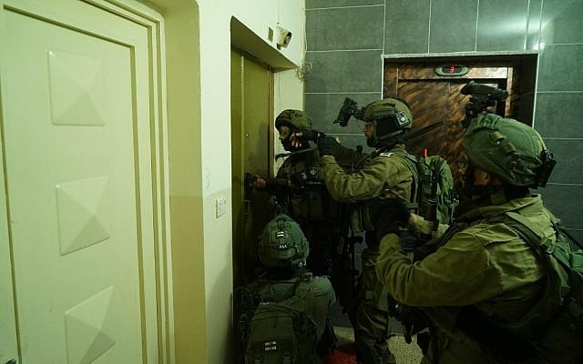 Israeli soldiers carry out searches for terror suspects in the West Bank on December 14, 2018. (Israel Defense Forces)