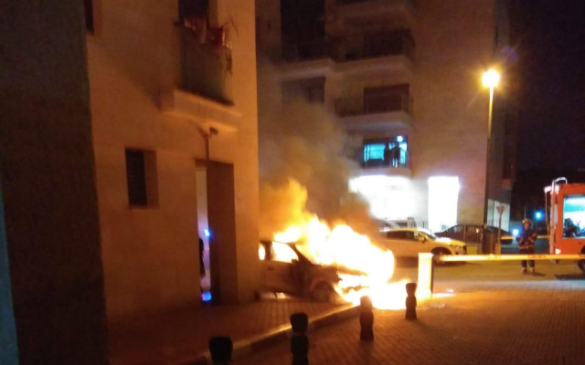 A car in flames outside the Elad home of an Israel Prisons Service intelligence officer believed targeted by criminal organizations, November 2018. (Israel Prisons Service)