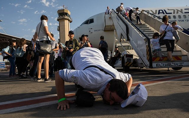 A French Jewish new immigrant kisses the ground after arriving at Ben Gurion airport in Israel on July 10, 2017. (Nati Shohat/Flash90)