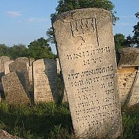 Gravestone engraved in Hebrew at the Jewish cemetery in Buchach, western Ukraine. (Public domain)