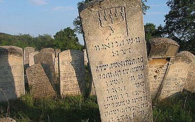 Gravestone engraved in Hebrew at the Jewish cemetery in Buchach, western Ukraine. (Public domain)