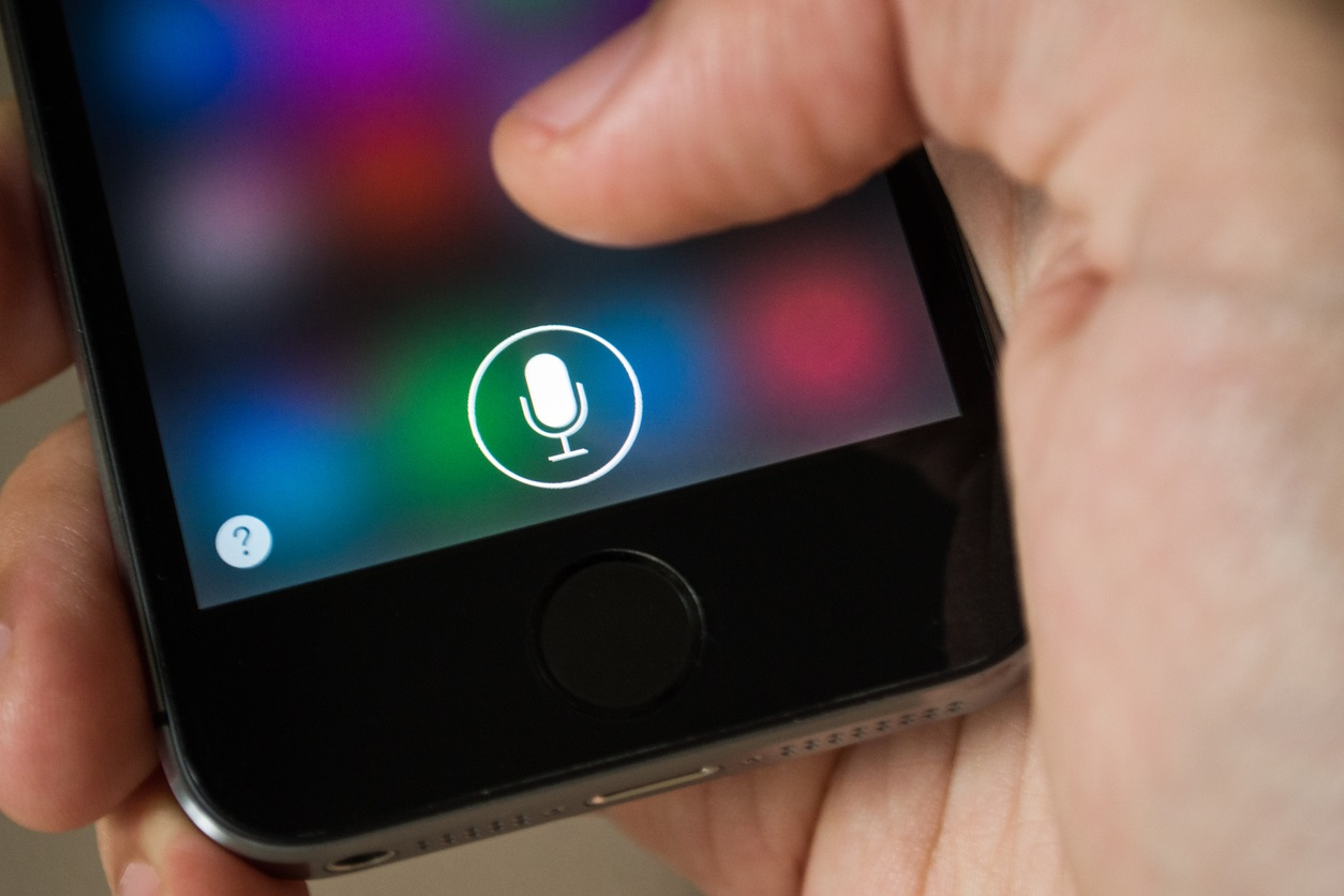 Woman Behind Siri's Hebrew Voice Is Suing Apple