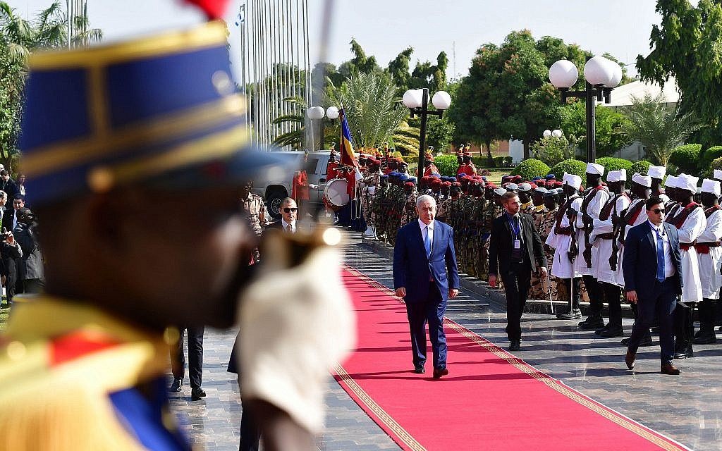 Prime Minister Benjamin Netanyahu is received by an honor guard at the presidential palace in N'Djamena, Chad, January 20, 2019 (Koby Gideon/GPO)