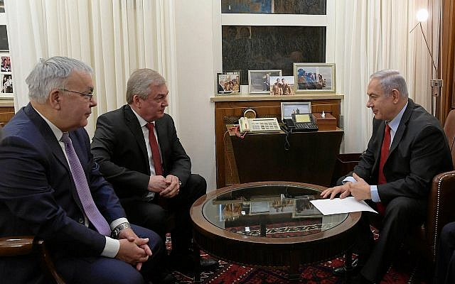 Prime Minister Benjamin Netanyahu (right)  holds talks centering on Iran and Syria with Russian President Vladimir Putin's special envoy for Syrian affairs, Alexander Lavrentiev (center) and Russian Deputy Foreign Minister Sergey Vershinin (left) at his office in Jerusalem, January 29, 2019. (Amos Ben-Gershom/GPO)