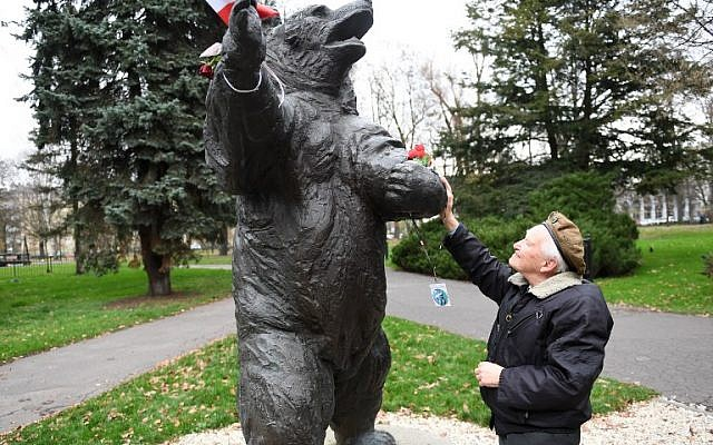 93-year-old former Polish soldier Wojciech Narebski stands in front of a monument of brown bear Wojtek who was his fellow Polish servicemen during World War II in Krakow on November 14, 2018. (Janek SKARZYNSKI / AFP)