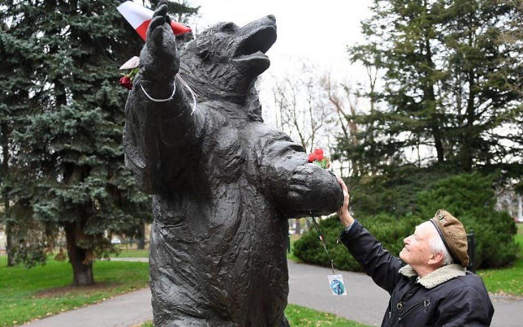 93-year-old former Polish soldier Wojciech Narebski stands in front of a monument of brown bear Wojtek who was his fellow Polish servicemen during World War II in Krakow on November 14, 2018. (Janek SKARZYNSKI / AFP)