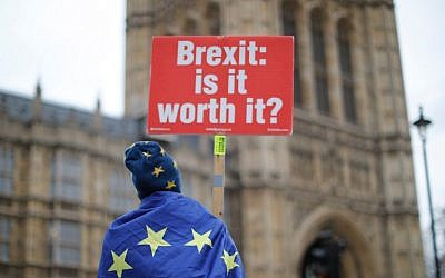 Anti-Brexit supporters hold placards and flags as they demonstrate outside the Houses of Parliament on January 14, 2019. (Tolga AKMEN / AFP)