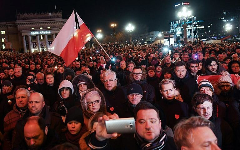 Thousands in Poland mourn stabbed mayor