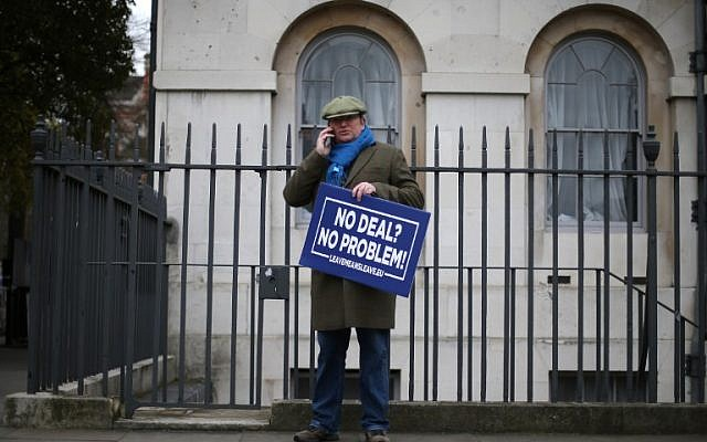 A pro-Brexit demonstrator arrives outside the Houses of Parliament in central London,  January 15, 2019. (Daniel LEAL-OLIVAS/AFP)