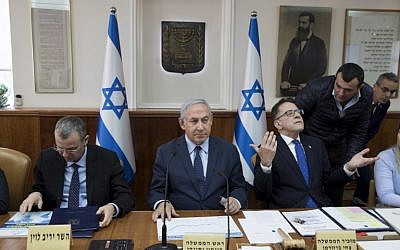 Prime Minister Benjamin Netanyahu, center, Cabinet Secretary Tzachi Braverman, right, and Tourism Minister Yariv Levin, left, attend the weekly cabinet meeting at prime minister's office in Jerusalem on January 27, 2019. (ABIR SULTAN / POOL / AFP)