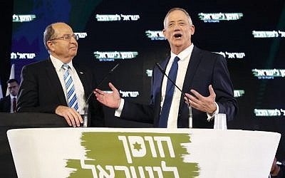 Former chief of staff Benny Gantz (R) delivers his first electoral speech as he stands alongside his electoral ally, former defense minister Moshe Yaalon, in Tel Aviv on January 29, 2019. (JACK GUEZ / AFP)
