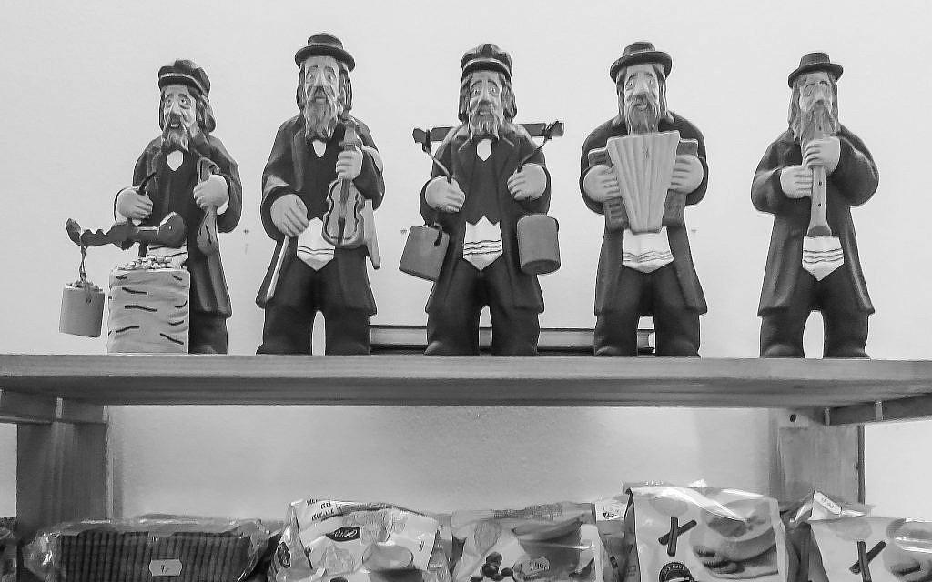 Figurines in a Kazimierz (Jewish quarter of Krakow) shop window, June 2014. (Courtesy Walkowitz)