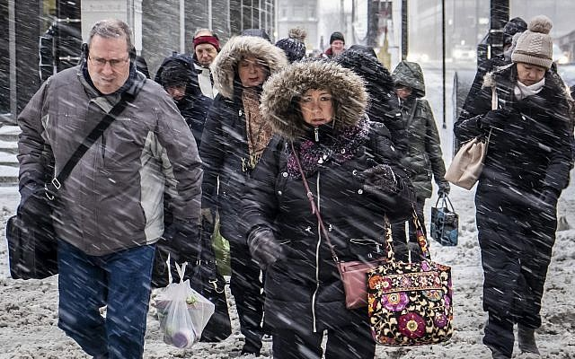 Morning commuters face a tough slog on Wacker Drive in Chicago, Monday, January 28, 2019, amid an unusual cold spell. (Rich Hein/Chicago Sun-Times via AP)