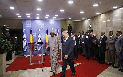 Prime Minister Benjamin Netanyahu, right, and President of Chad Idriss Deby after giving a joint press conference, in Jerusalem, November 25, 2018. (Ronen Zvulun/Pool via AP)