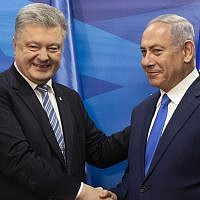 Foremr Ukraine President Petro Poroshenko, left, shakes hands with Prime Minister Benjamin Netanyahu after the signing of a free trade agreement in the Prime Minister's office in Jerusalem, January 21, 2019. (Jim Hollander/Pool via AP)