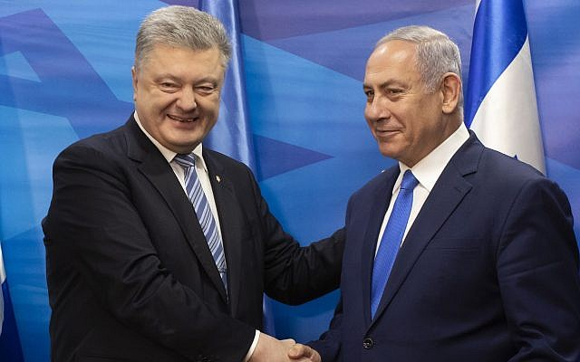 Ukraine President Petro Poroshenko, left, shakes hands with Prime Minister Benjamin Netanyahu after the signing of a free trade agreement in the Prime Minister's office in Jerusalem, January 21, 2019. (Jim Hollander/Pool via AP)