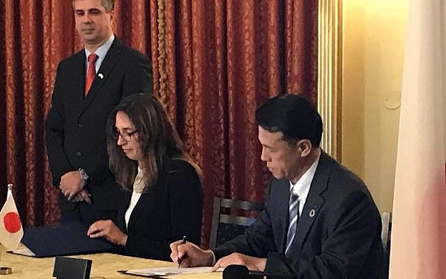 Dr. Nathalie Bloch, director of the ARC Innovation Center at Sheba Medical Center, signs an agreement with OKI's CEO, Toshiyaki Yokota in Jerusalem; January 15, 2019 (Courtesy)