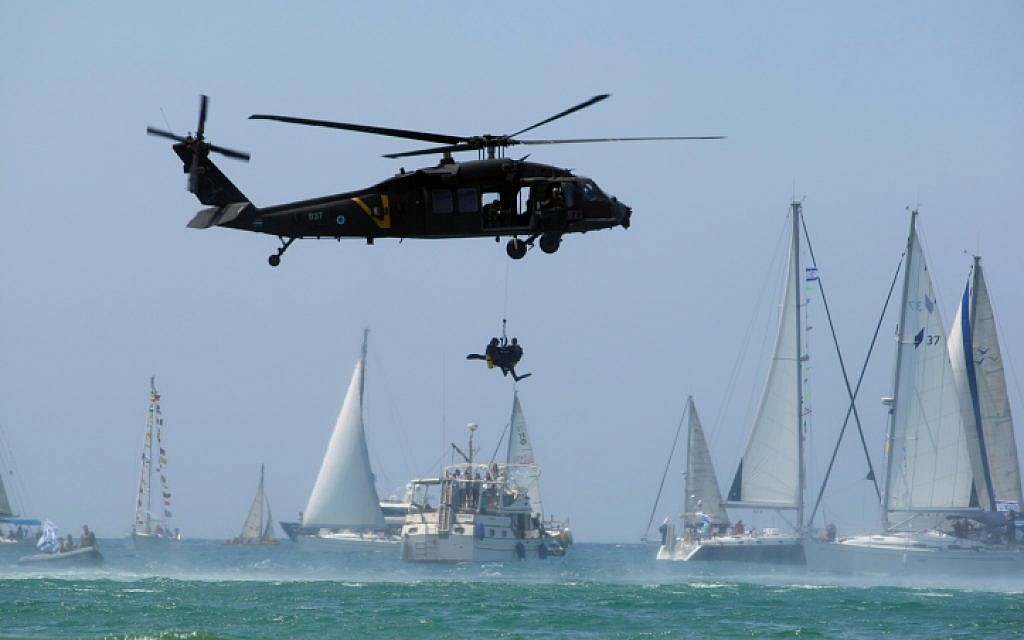 A demonstration on Israel's Independence Day on the Tel Aviv beach. IAF airborne search and rescue Unit 669 performing a rescue from the sea. May 08 2008. (Moshe Shai/Flash90)